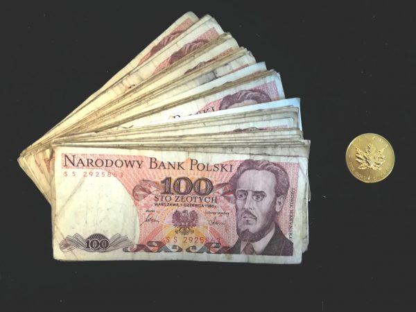 Średnie polskie wynagrodzenie z 1980 roku oraz złote moneta Maple Leaf z tego samego czasu.